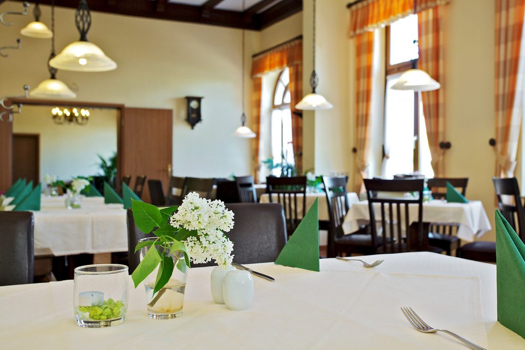 Gedeckter Tisch mit Flieder Restaurant Sachsenstube Hotel Reichskrone Heidenau Dresden Sächsische Schweiz